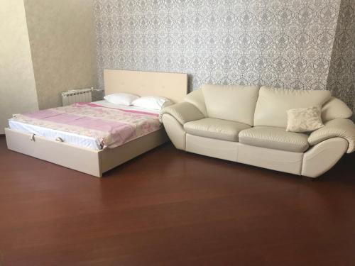 Кровать или кровати в номере Apartment on Chistopolskaya