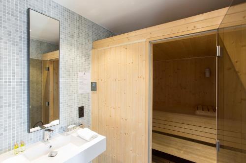 A bathroom at Hôtel Cannes Centre Univers