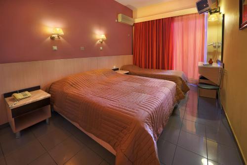 Een bed of bedden in een kamer bij Dimitris Paritsa Hotel