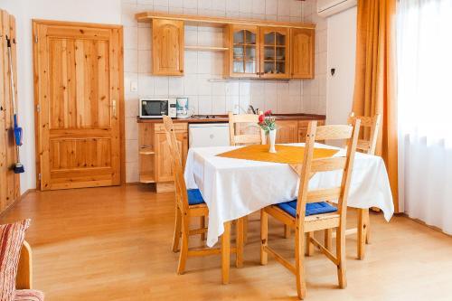 A kitchen or kitchenette at Takács Apartmanház