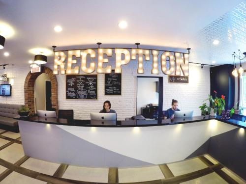 The lobby or reception area at M Montreal Hostel