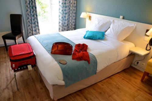 Un ou plusieurs lits dans un hébergement de l'établissement LOGIS Hotel Majestic Chatelaillon Plage - La Rochelle