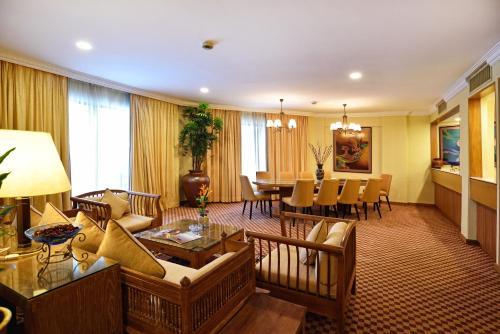 Een zitgedeelte bij Holiday Villa Beach Resort & Spa Langkawi