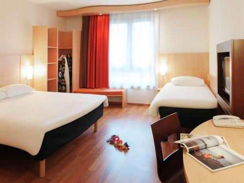 A bed or beds in a room at ibis Hotel Brussels Centre Gare du Midi