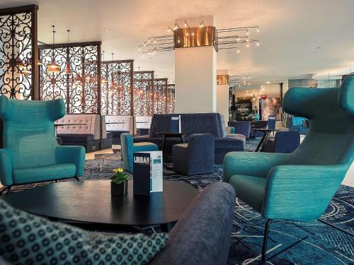 The lounge or bar area at Mercure Bristol Holland House