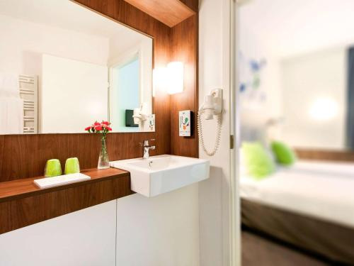 A bathroom at Ibis Styles Vilnius