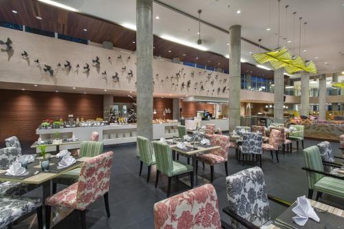 Ein Restaurant oder anderes Speiselokal in der Unterkunft Hilton Garden Inn Bali Ngurah Rai Airport
