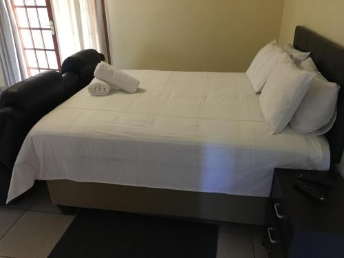 A bed or beds in a room at Country Link Guest Lodge