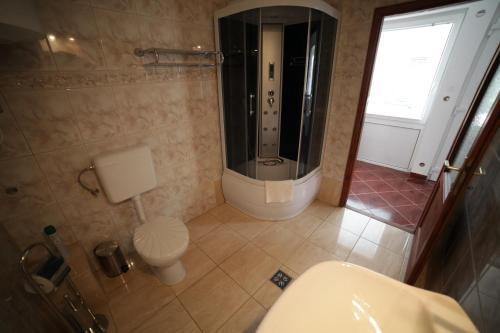 A bathroom at Eged Vendégház