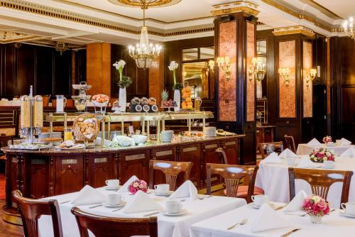 A restaurant or other place to eat at Danubius Hotel Astoria City Center