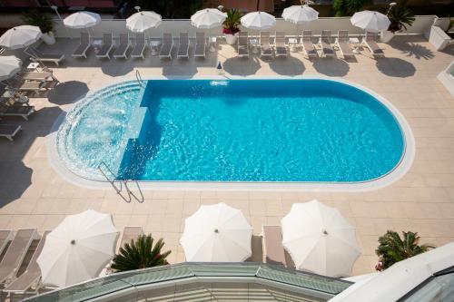 Výhled na bazén z ubytování International Beach Hotel nebo okolí