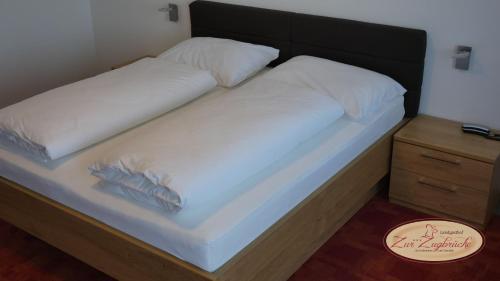 Cama ou camas em um quarto em Gasthof Schiefer Zur Zugbrücke