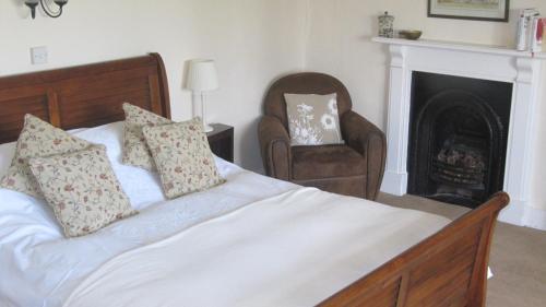 A bed or beds in a room at Seymours Court