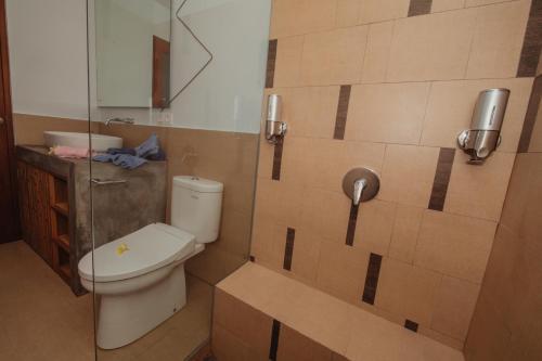 A bathroom at Kaen Apartments