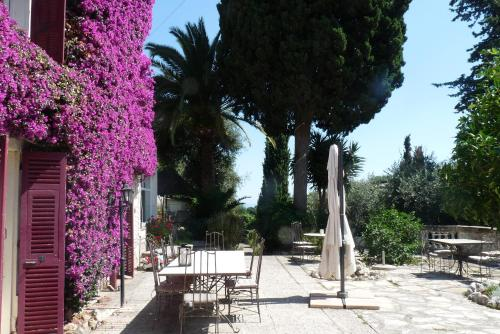 A restaurant or other place to eat at Castel Enchanté