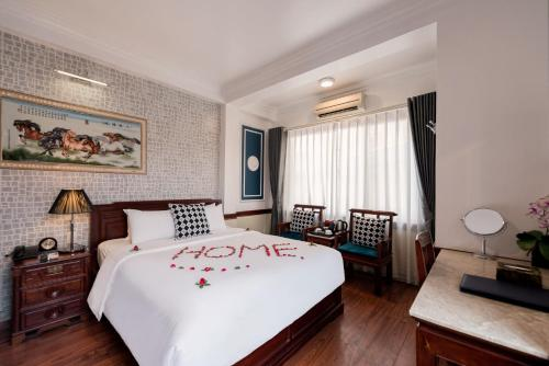 A bed or beds in a room at Prince II Hotel