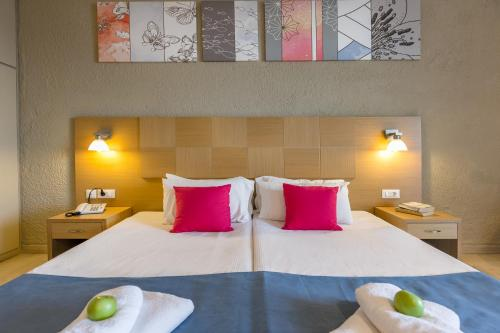 A bed or beds in a room at Hotel Cooee Albatros