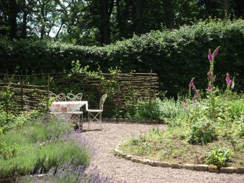En trädgård utanför Vildrosor & Höns