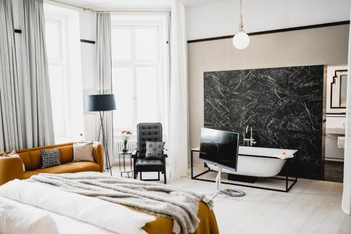 Una televisión o centro de entretenimiento en Small Luxury Hotel Altstadt Vienna