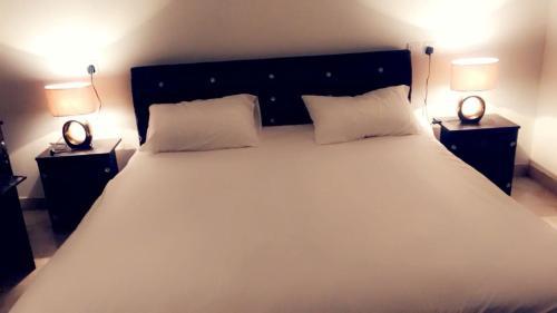 Cama ou camas em um quarto em Al Sondos Furnished Apartments