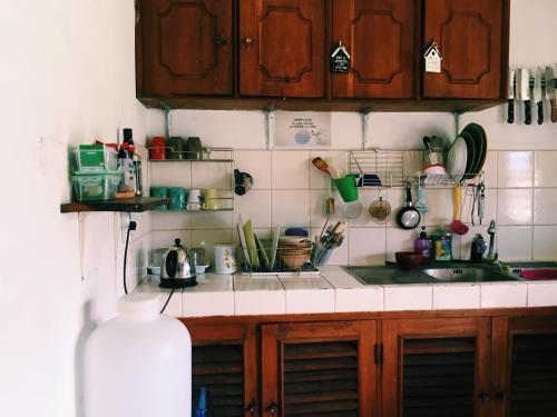 Una cocina o zona de cocina en Baan Mai Sak