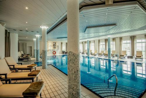 Der Swimmingpool an oder in der Nähe von Hotel Bornmühle