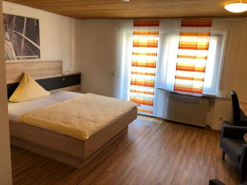 Ein Bett oder Betten in einem Zimmer der Unterkunft Hotel Heuberger Hof, Wehingen