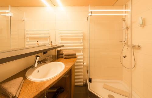 A bathroom at Wohlfühlhotel Hubertushof