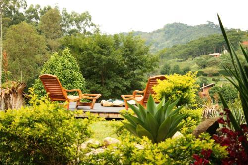 Um jardim em Pousada Villa Campestre