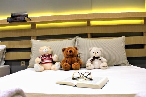 เตียงในห้องที่ Ammos Beach Seaside Luxury Suites