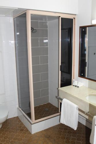 A bathroom at Mid City Ballarat