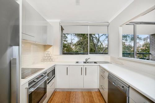 A kitchen or kitchenette at Two Bedroom Apartment Broughton Road(ART04)