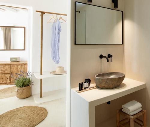 Salle de bains dans l'établissement Rocabella Mykonos Hotel