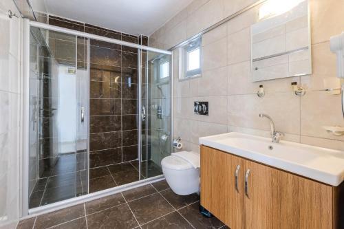 A bathroom at Ekici Hotel