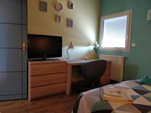 TV a/nebo společenská místnost v ubytování Chambre Chaleureuse chez l'habitant