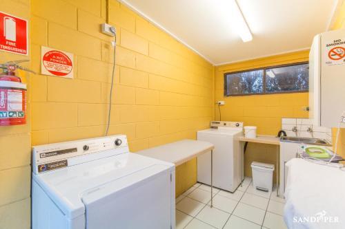 A bathroom at Sandpiper Motel