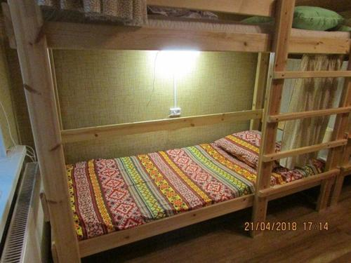 Двухъярусная кровать или двухъярусные кровати в номере Feel at home Hostel Suzdal