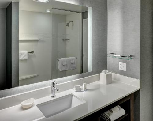 A bathroom at Residence Inn by Marriott Fort Lauderdale Airport & Cruise Port