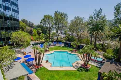 נוף של הבריכה ב-Hilton Los Angeles-Universal City או בסביבה