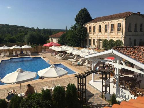 Изглед към басейн в Hotel Bukor Shtepi Magnolia или наблизо