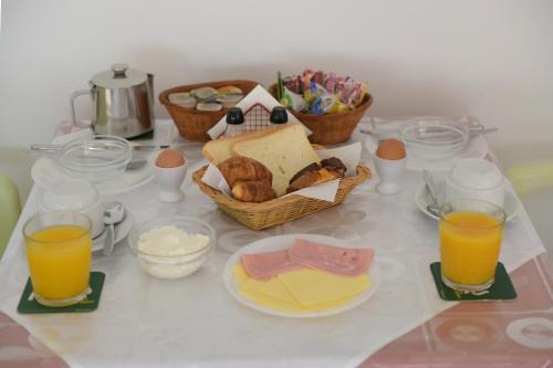 Options de petit-déjeuner proposées aux clients de l'établissement Trianta Hotel Apartments