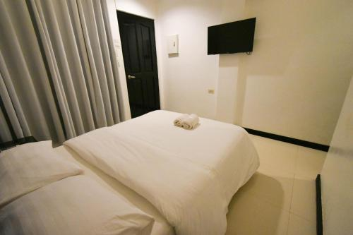 A bed or beds in a room at Swiftlets Inn