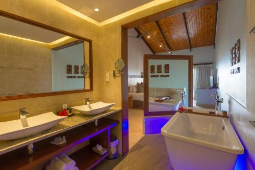 Et badeværelse på Coco de Mer Hotel and Black Parrot Suites