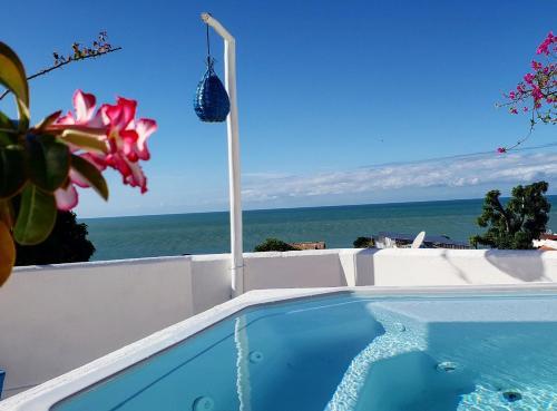 A piscina localizada em Pousada Mediterrânea ou nos arredores