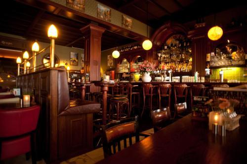 Un restaurante o sitio para comer en Hotel et le Cafe de Paris