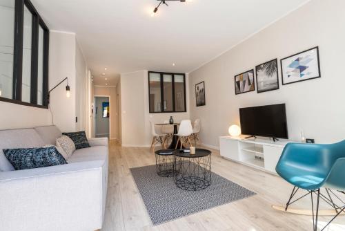 A seating area at confortable appartement prado castellane