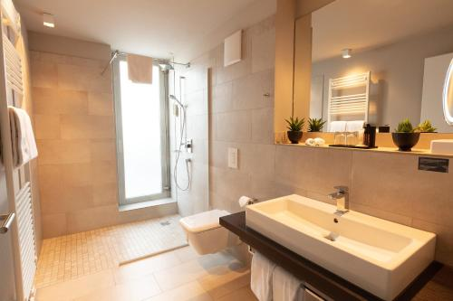 A bathroom at Hotel Platzhirsch