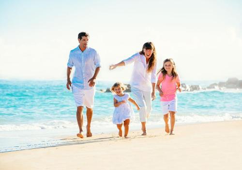عائلة تقيم في فندق ومنتجع جميرا شاطئ المسيلة - الكويت