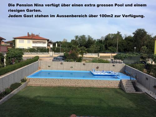 Der Swimmingpool an oder in der Nähe von Pension Nina
