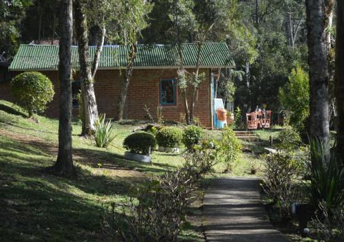 A garden outside Chalés Wicca Vale- Locação Chalés